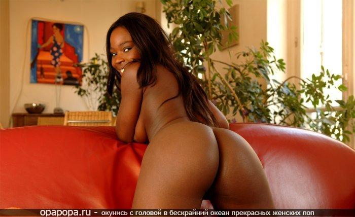 Африканочка Эвелина на диване
