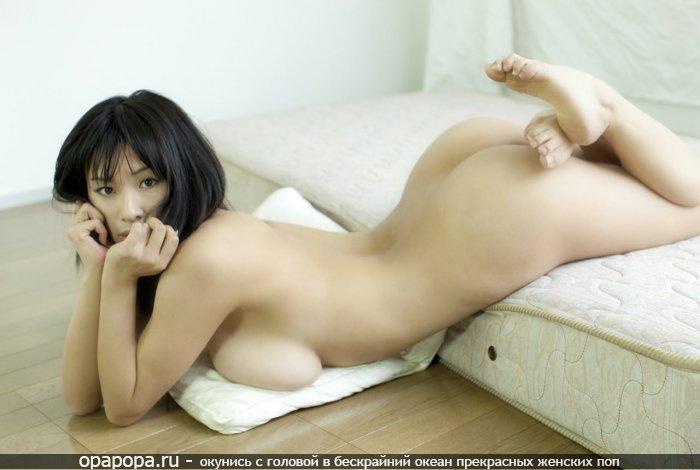 Азиатка на матрасе с аппетитной упругой попкой без трусиков с огромными дойками