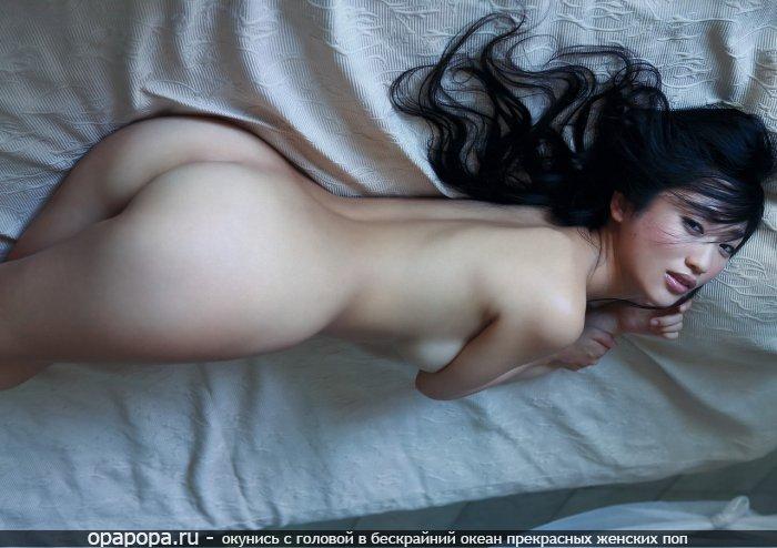 Азиаточка Беатриса с лакомой попой на кровати без труселей