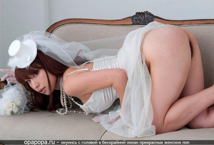 Азиаточка на диване в платье