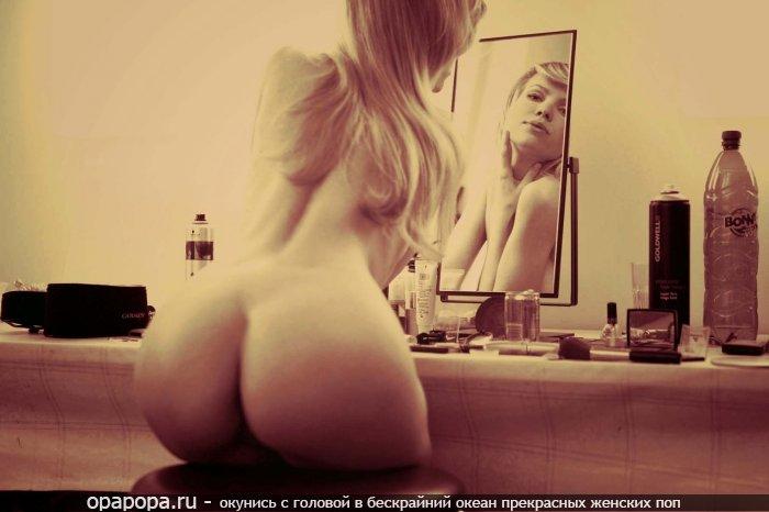 Белобрысая Эрнестина с привлекательной аппетитной попой у зеркала без трусов