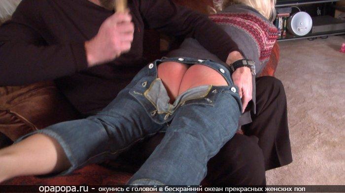 Белобрысая Патриция наказанная по привлекательной эффектной задницей без трусов в джинсах