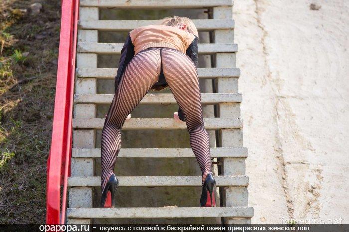 Блондинка с миниатюрной попочкой на улице в колготах сеточкой и стрингах