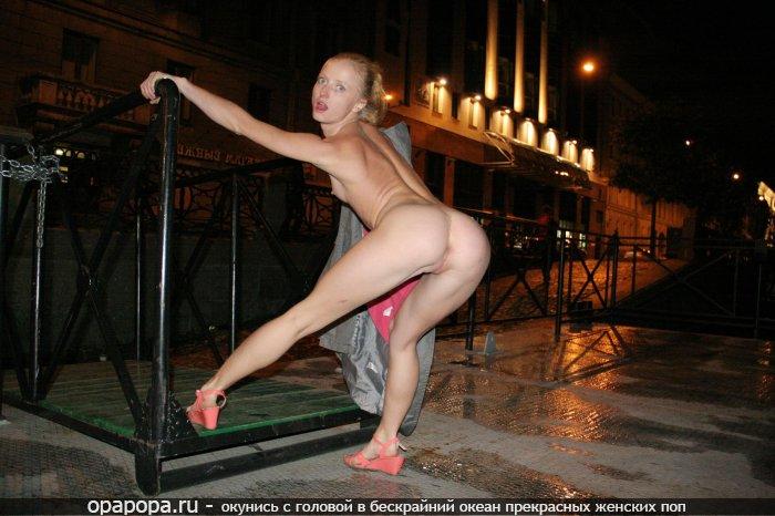 Блондинка третьекурсница Марселина с привлекательной задницей после бара ходить по улице без труселей