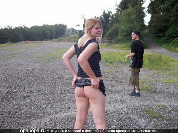 Блондинка третьекурсница Стефания с аппетитной попкой на публике показала что у нее под юбкой нет трусиков
