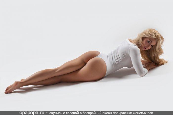 Блондиночка Нелли с лакомой эффектной попкой в трусиках