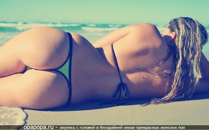 Блондиночка с аппетитной попкой на пляже в мини купальнике