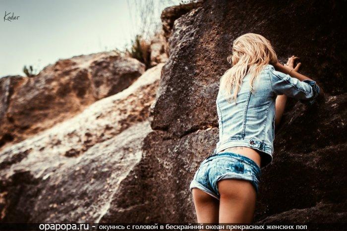 Светловолосая с привлекательной спортивной упругой попой на природе в шортиках