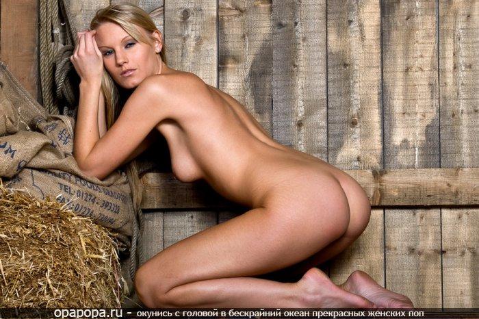 Блондиночка Виталия с девичьей попкой без трусов