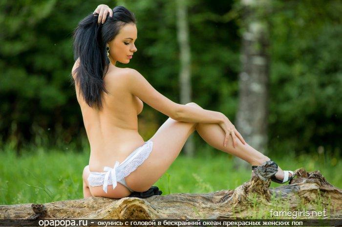 Брюнетка Римма с девичьей небольшой задницей на природе в стрингах
