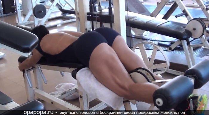Брюнеточка с аппетитной спортивной крепкой как орешек попкой в шортиках занимается в спортзале