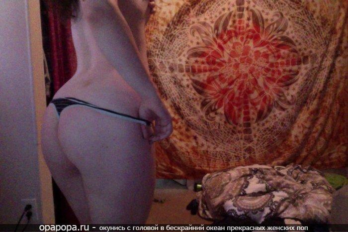 частное фото: девушка Даниэла с привлекательной аппетитной попой в трусиках-тангах