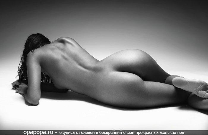 Черно-белая фотография: девушка Эмилия с привлекательной упругой задницей на полу без труселей