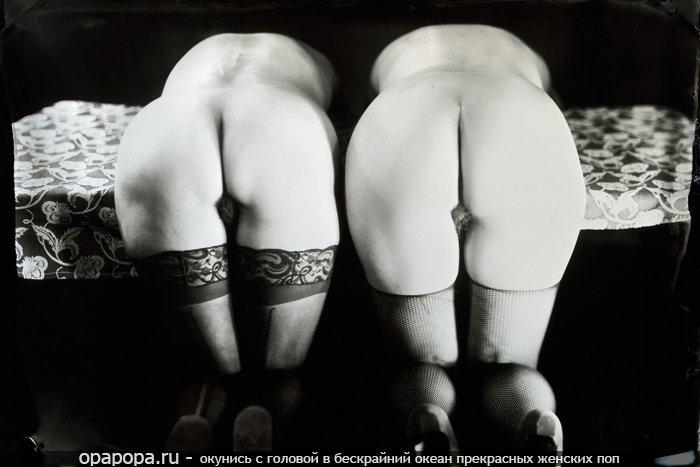 Черно-белая фотография: девушка с аппетитной попкой в чулках