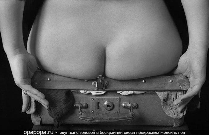Черно-белая фотография: девушка с лакомой сочной попкой без труселей
