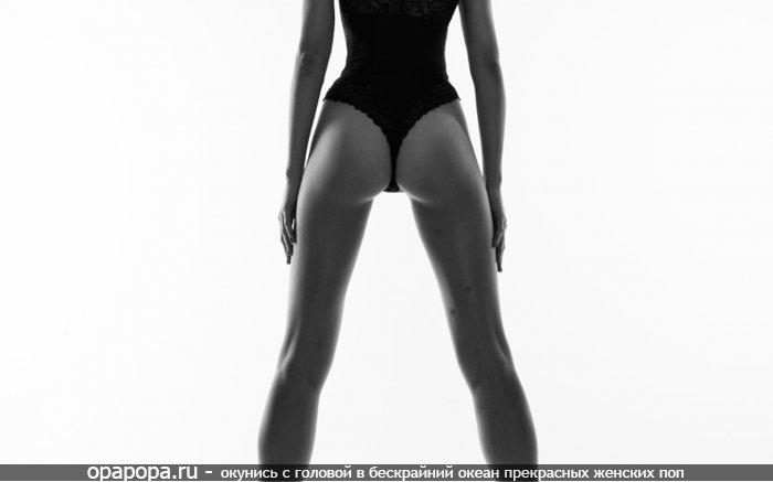 Черно-белая фотография: девушка с небольшой попой в мини купальнике
