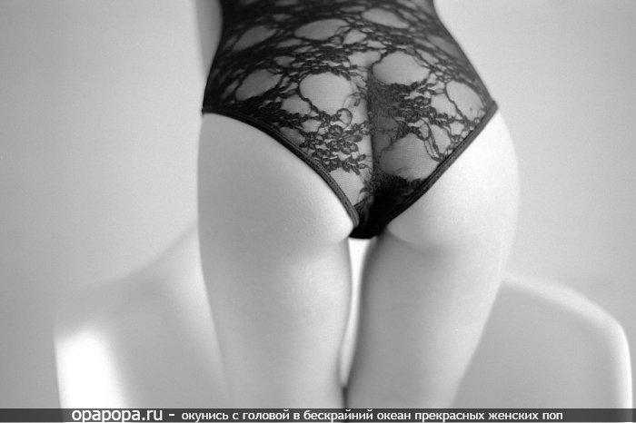 Черно-белая фотография: девушка с привлекательной маленькой попой в трусиках