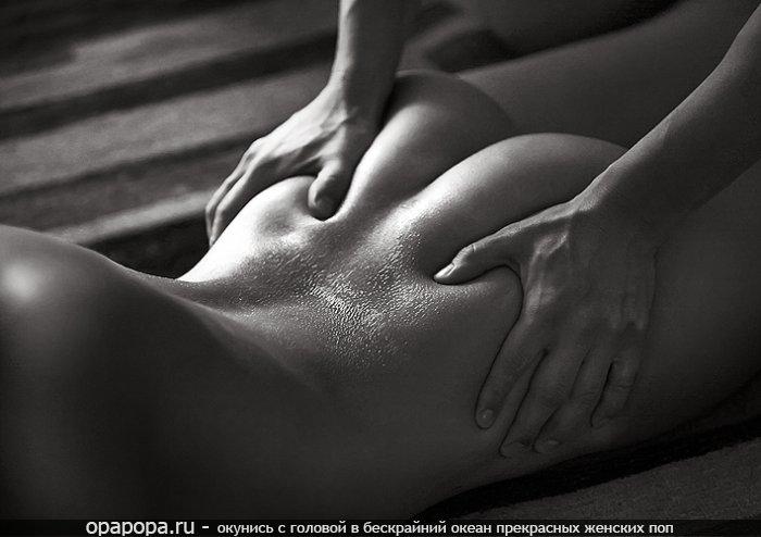 Черно-белая фотография: девушка с сочной задницей в масле делает массаж попки