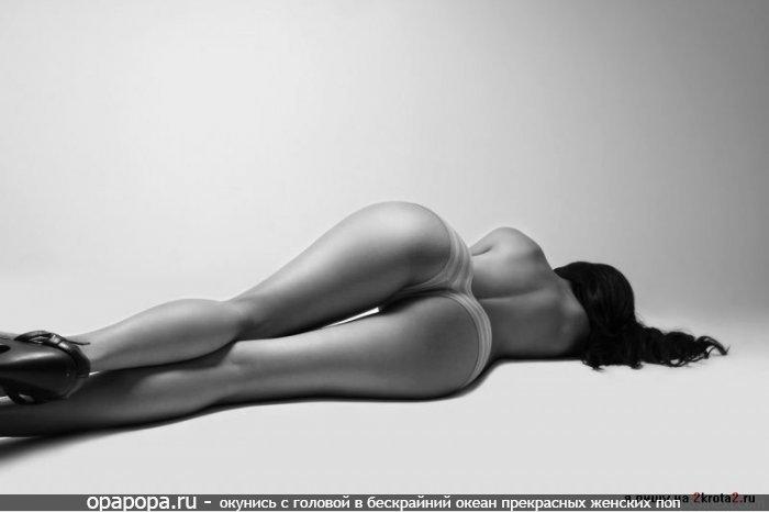Черно-белая фотография: девушка с спортивной смачной попкой