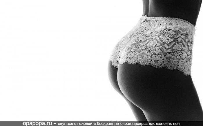 Черно-белая фотография: девушка с вкусной попой в трусиках