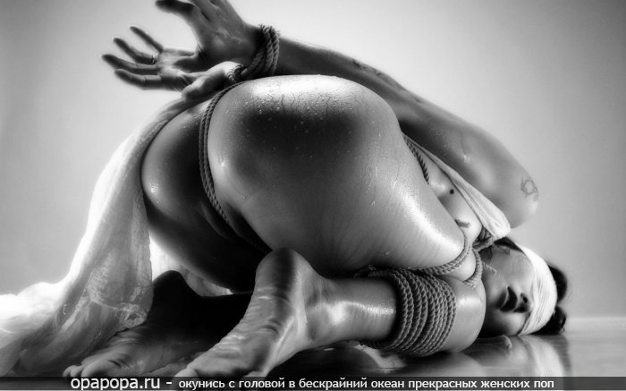 Черно-белая фотография: девушка Селена промокшая с эффектной попой без трусов связанная