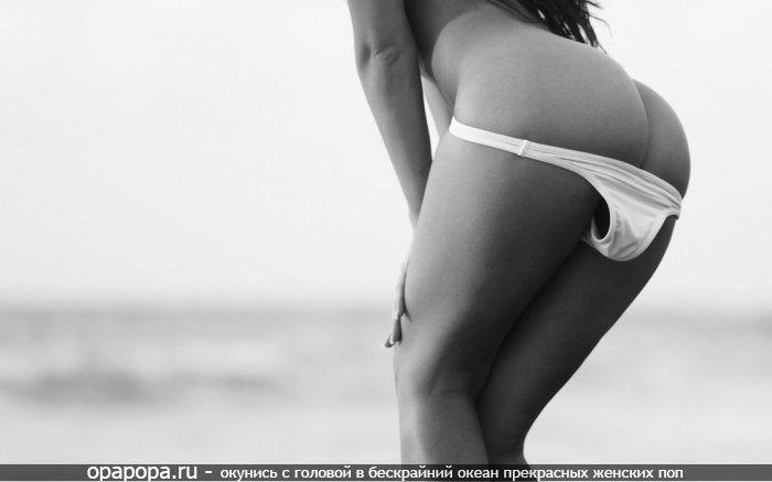 Черно-белая фотография: девушка в трусах