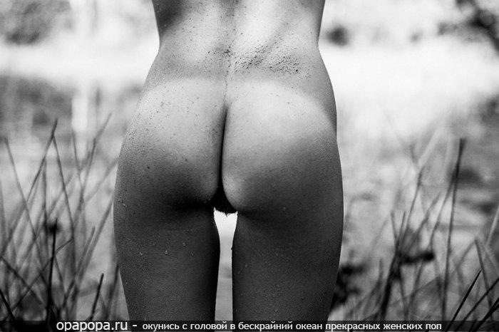 Черно-белая фотография: мокрая девушка Милослава с небольшой крепкой задницей без труселей