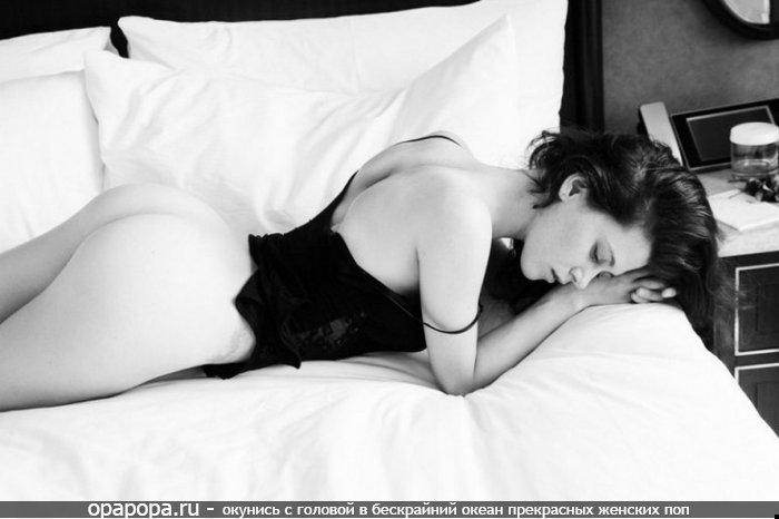 Черно-белая фотография: неопытная русоволосая Элеонора с аппетитной попой на кровати без трусиков