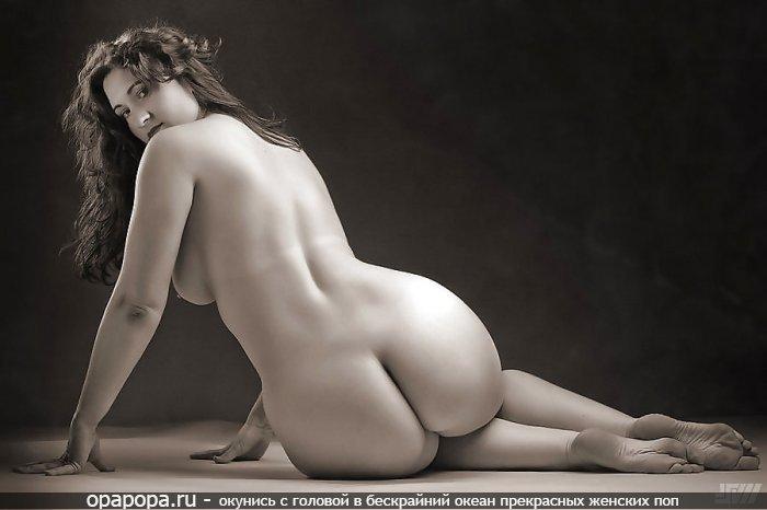Черно-белая фотография: опытная женщина с большой попкой на полу без трусов