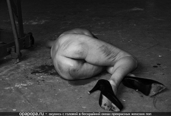 Черно-белая фотография: опытная женщина с массивной попкой на полу отшлепанные
