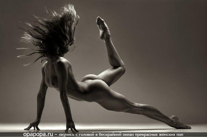 Черно-белая фотография: темнорусая со спортивной упругой задницей без трусиков и плоской грудью