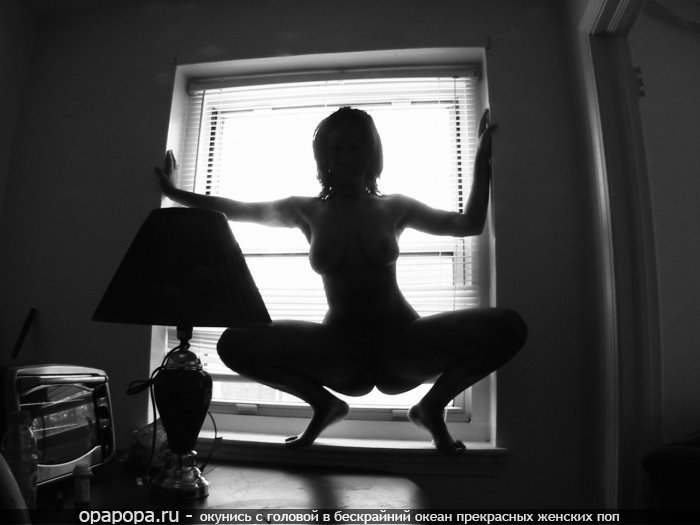 Черно-белая фотография: зрелая женщина с сочной попкой у окна