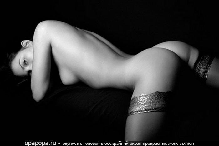 Черно-белое фото брюнетки Иды с лакомой задницей без трусов в чулках