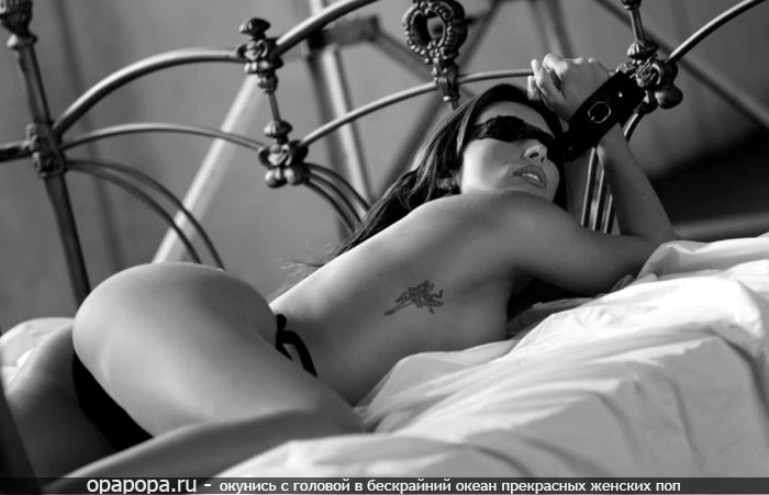 Черно-белое фото: черногривая с спелой задницей на кровати связанная