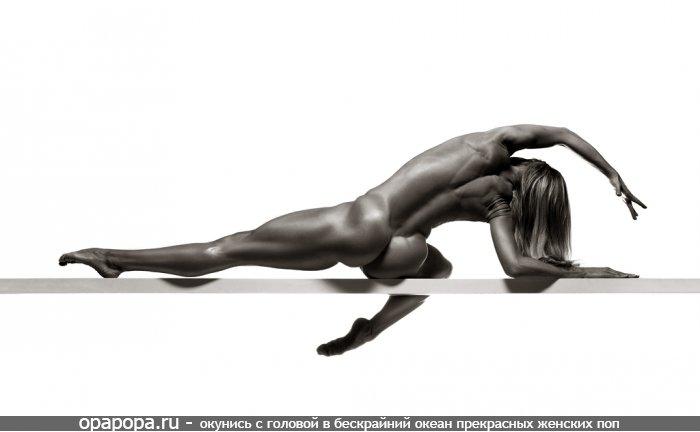 Черно-белое фото: девушка Анеля со спортивной упругой задницей