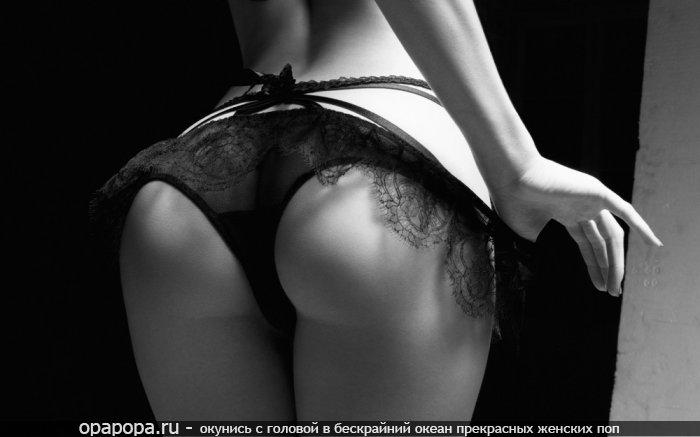 Черно-белое фото: девушка Асия с спортивной спелой попой в трусиках