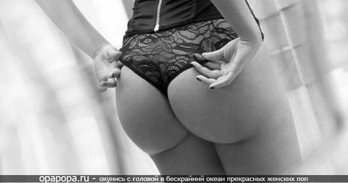 Черно-белое фото: девушка Береслава с большой девичьей попкой в трусах