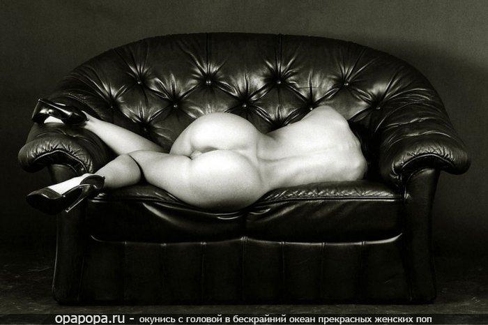 Черно-белое фото: девушка Клавдия с большой эффектной попкой на диване