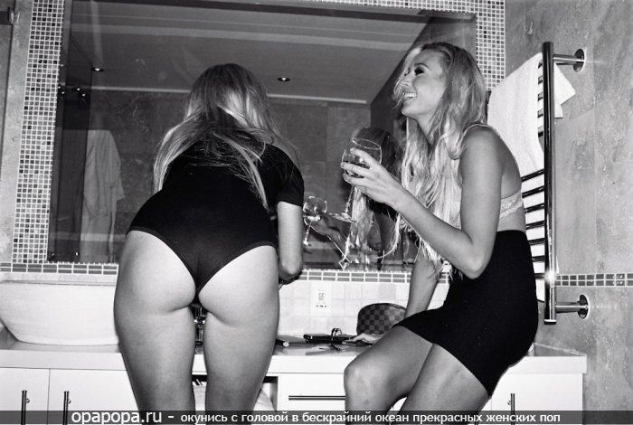 Черно-белое фото: девушка с аппетитной попочкой в трусиках в туалете
