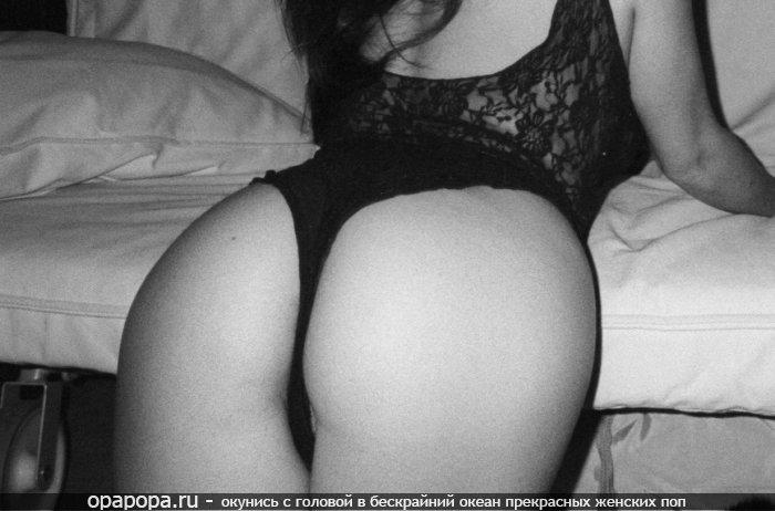 Черно-белое фото: девушка с массивной попкой в мини-трусиках