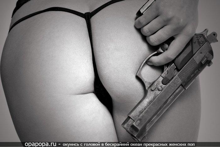 Черно-белое фото: девушка с привлекательной попой в стрингах