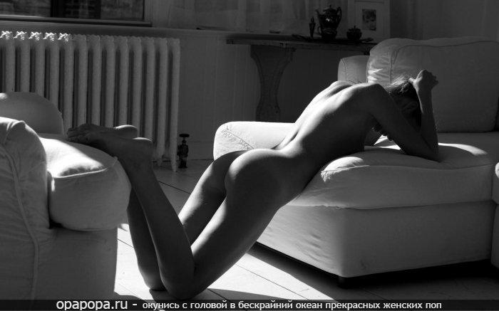 Черно-белое фото: девушка с спелой попкой на диване