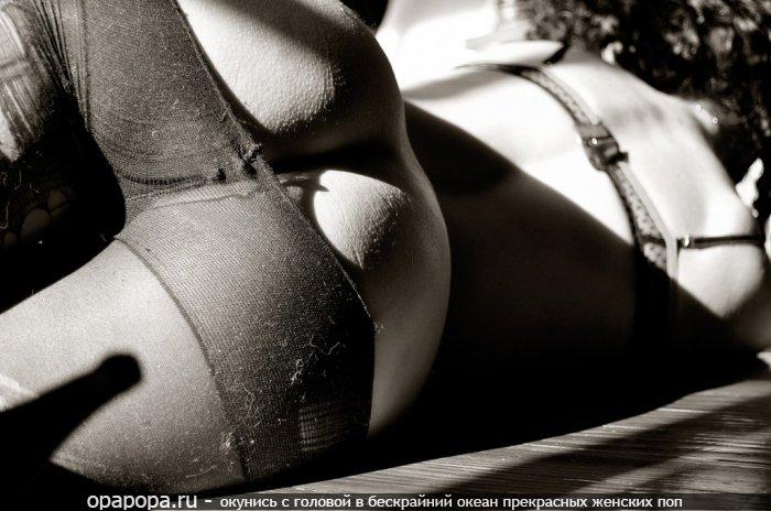 Черно-белое фото: девушка с вкусной попкой без трусиков в колготках
