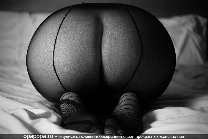 Черно-белое фото: девушка Северина с массивной попой в колготах