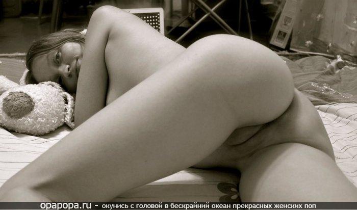 Черно-белое фото: девушка Зинаида с аппетитной спелой задницей без трусов