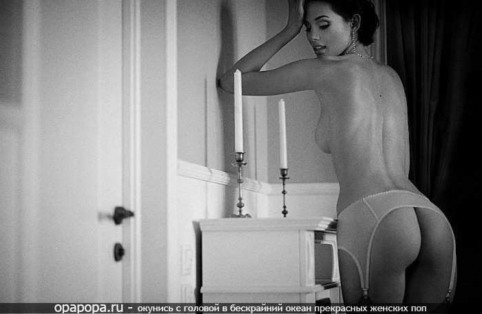 Черно-белое фото: опытная женщина с лакомой вкусной попой без трусиков в гольфиках грудью
