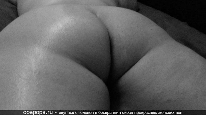 Черно-белое фото: спелой женщины с громадной задницей без трусов