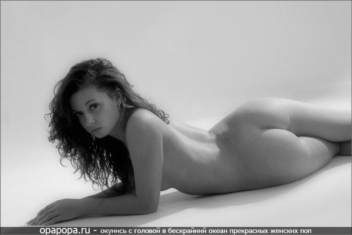 Черно-белое фото: студентка Эвелина с маленькой спелой попкой на полу без труселей
