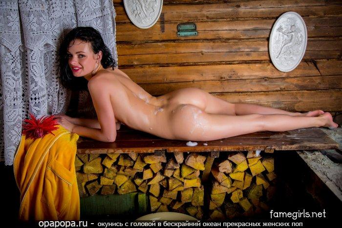 Черногривая Элина с девичьей небольшой задницей в бане без труселей