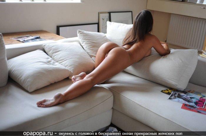 черноволосая Анжела с сочной спелой попкой на диване без трусов